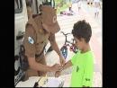 Durante o verão PM distribui pulseirinhas de identificação para crianças.